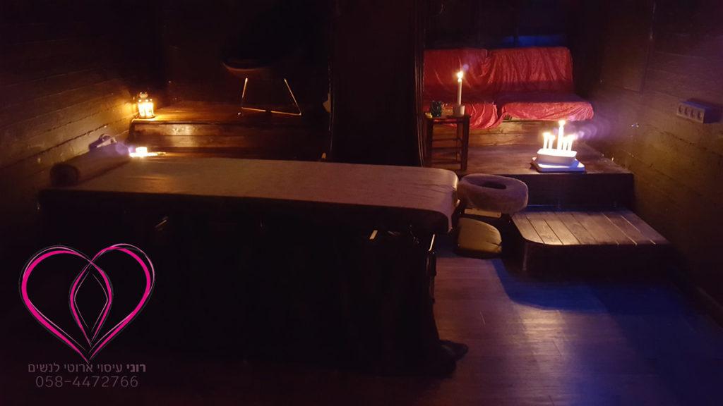 האווירה בתוך חדר העיסוי נעימה ואינטימית, אור נרות רך וחלש, ריח טוב, מוזיקה מרגיעה, וכל מה שצריך בשביל עיסוי אירוטי מפנק ומענג עבורך